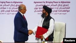 دوحہ میں طالبان لیڈر ملا عبدالغنی برادر اور امریکی خصوصی ایلچی زلمے خلیل زاد نے امن معاہدے پر دستخط کیے۔ 29 فروری 2020