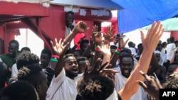 Abimukira bagaragaza umunezero mu bwato bw'ishirahamwe ry'Abafaransa SOS Mediterane bwabatabaye, kw'itariki 23/08/2019.