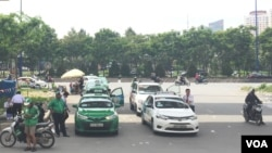 Grab competes with traditional taxis in Vietnam. (H. Nguyen/VOA)