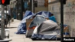 Tenda-tenda tempat tinggal para tunawisma di sepanjang pinggiran jalan di kawasan tertentu di Los Angeles, California, 28 Juni 2019. (Foto: Reuters)