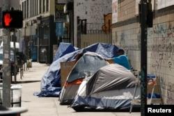 Tunawisma di kawasan Skid Row, Los Angeles, California, AS, 28 Juni 2019. (REUTERS/Patrick T. Fallon)