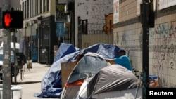 Tenda dan terpal yang didirikan oleh para tunawisma terlihat di sepanjang trotoar di pusat kota Los Angeles, California, AS, 28 Juni 2019. (Foto: REUTERS/Patrick T. Fallon)