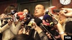 民进党主席苏贞昌2月25日谈扁案(美国之音申华拍摄)