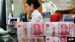 2018年7月23日在中國江蘇省南通市的一家銀行,一名員工處理100元紙幣。