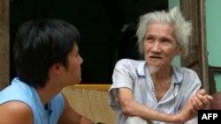 Thi sĩ Hữu Loan (phải) và Trịnh Hội