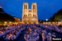 2012年6月14日人们参加巴黎圣母大教堂前的白色晚宴活动。