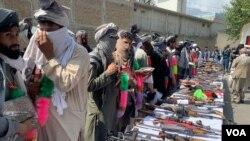 Sebanyak 110 anggota Taliban dan 40 anggota ISIS menyerahkan diri kepada pemerintah Afghanistan, 4 September 2019. (Foto: VOA)
