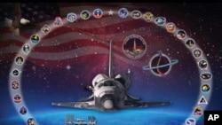 Plakat posvećen raketoplanu Discovery, koji je postavljen u Svemirskom centru Kennedy, na Floridi. Raketoplan je okružen simbolima misija koje je obavio, uključujući i ovu posljednju. Pozadinu je snimio teleskop Hubble, kojega je Discovery prebacio u svem