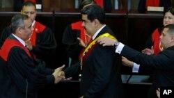 Presiden Nicolas Maduro (tengah) kembali dilantik untuk masa jabatan barunya sebagai Presiden Venezuela pada upacara pelantikan di Caracas, Kamis (10/1).