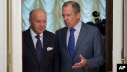 Menlu Perancis Laurent Fabius (kiri) dan Menlu Rusia Sergei Lavrov sebelum pertemuan di Moskow (17/9). Kedua pihak, Rusia dan negara-negara Barat masih berbeda pendapat soal serangan senjata kimia di Suriah.