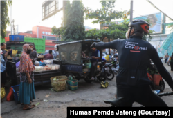 Gubenur Jawa Tengah Ganjar Pranowo terjun mengawasi pelaksanaan PPKM Darurat hari pertama di Semarang. (Foto: Courtesy/Humas Pemda Jateng)