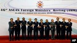 Para menteri luar negeri ASEAN dalam pertemuan di Brunei (30/6). (AP/Vincent Thian)