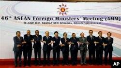 Bộ trưởng Ngoại giao của các nước trong khối ASEAN chụp hình lưu niệm tại Brunei, ngày 30/6/2013.