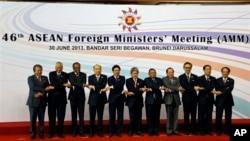 Para Menteri Luar Negeri negara-negara ASEAN menhadiri Pertemuan ke-46 di Bandar Seri Begawan, Brunei (30/6). Dari kiri: Anifah Aman (Malaysia), Albert del Rosario (Filipina), K. Shanmugam (Singapura), Surapong Tovichakchaikul (Thailand), Pham Binh Minh (Vietnam), Mohamed Bolkiah (Brunei), Wunna Maung Lwin (Burma), Hor Namhong (Kamboja), Marty Natalegawa (Indonesia), Alounkeo Kittikhoun (Laos) dan Sekjen ASEAN Le Luong Minh .