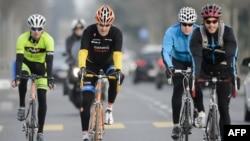 Ngoại trưởng Mỹ John Kerry đạp xe tại Lausanne, Thuỵ Sĩ, ảnh chụp ngày 16/3/2015.