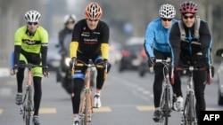 美國國務卿克里(左二) 3月16日瑞士騎車資料照。
