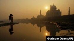 Lever de soleil sur le Taj Mahal en Inde le 18 novembre 2009.