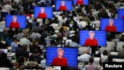 Ứng cử viên Đảng Dân chủ Hillary Clinton trên màn hình TV trong phòng dành cho báo giới trong cuộc tranh luận tổng thống thứ nhất với ứng cử viên Đảng Cộng hòa Donald Trump tại Đại học Hofstra ở Hempstead, bang New York, Mỹ, ngày 26 tháng 9, 2016.