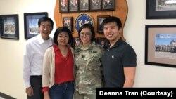 Deanna Tran và gia đình. Bố mẹ cô là những người tị nạn Việt Nam tới Mỹ thập niên 1980.