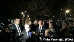 Des députés turcs sur le lieu de l'attentat, le 17 février 2016.