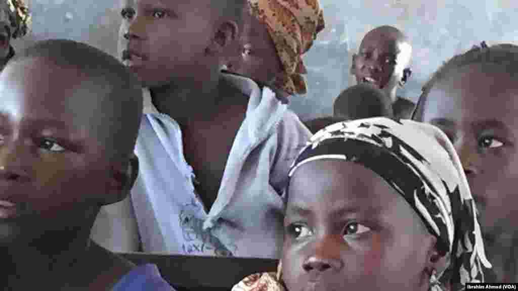 Yara fiye da dubu daya suke karatu a wannan makarantar dake jikin sansanin 'yan gudun hijira Na Damare a Jihar Adamawa. Hedimasta da akasarin malamansu ma 'Yan gudun hijira ne daga sassa dabam dabam na Adamawa da Borno.
