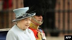 Britanska kraljica Elizabeta i princ Filip u kraljvskoj kočiji tokom današnje parade u Londonu