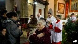 중국 베이징의 한 가톨릭 교회에서 신자들이 미사를 드리고 있다. (자료사진)