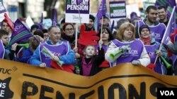 Para pengunjuk rasa menentang keputusan Pemerintah Inggris terkait pengurangan dana pensiun di Manchester, Inggris (30/11).