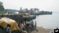 Un bateau chargé de cargaisons et de passagers au port de Mwanza, au nord du pays, le 10 octobre 2002.
