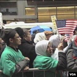 Učesnici protesta na Times Square-u u New Yorku