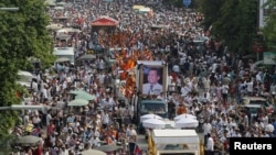 "File Photo: Tens of thousands of people attend a funeral procession to carry the body of Kem Ley, an anti-government figure and the head of a grassroots advocacy group, ""Khmer for Khmer"" who was shot dead on July 10, to his hometown, in Phnom Penh, Cambodia July 24, 2016. REUTERS/Samrang Pring"