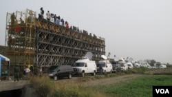 媒體採訪台軍機麻道高速公路起降(美國之音申華拍攝)
