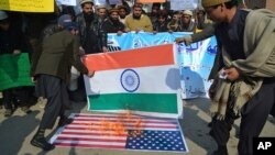 مظاهره کنندگان در پاکستان، حین آتش زدن به بیرق های هند و امریکا