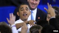Presiden Barack Obama menyalamai para pendukungnya di Universitas Michigan, Ann Arbor (27/1).
