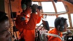 Khu vực tìm kiếm hôm nay được nới rộng trong lúc giới hữu trách nói rằng những mảnh vỡ có thể đã trôi dạt tới những nơi xa như vùng bờ biển phía nam đảo Borneo.