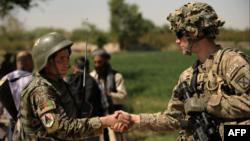 Слева направо: солдат Афганской национальной армии и американский военнослужащий в Кандагаре. Архивное фото.
