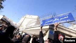 Unjuk rasa menentang eksekusi ulama terkemuka Syiah Sheikh Nimr al-Nimr di depan Kedutaan Besar Arab Saudi di Teheran 3 Januari 2016.
