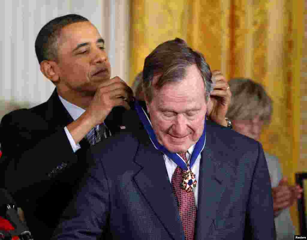پرزیدنت باراک اوباما مدال آزادی را در سال ۲۰۱۱ به پرزیدنت جورج هربرت واکر بوش اهدا کرد.