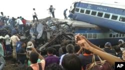 印度铁路警察和当地志愿者在北方邦的火车出轨现场寻找幸存者。 (2017年8月19日)