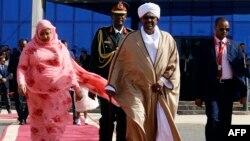 Le président soudanais Omar el-Béchir et la Première dame à Khartoum le 24 décembre 2017.