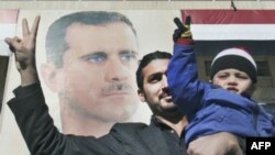 Участники демонстрации в поддержку президента Башара Асада