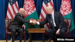 Shugaban Afghanistan Ashraf Ghani (hagu) shugaba Trump (dama) yayin wata ziyara da Ghani ya kawo Amurka a bara