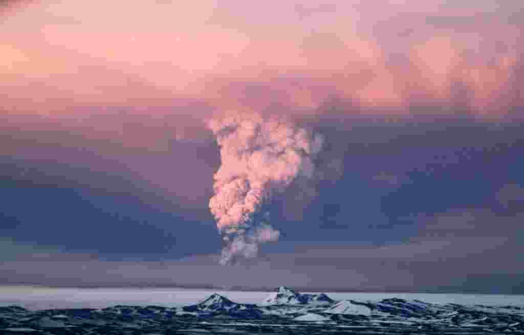 21 de mayo: globos de humo del volcán Grímsvötn en Islandia, que entró en erupción por primera vez desde 2004. Islandia cerró su principal aeropuerto internacional y vuelos cancelados como la erupción envió una nube de ceniza, humo y vapor en el aire.