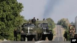 Militer Ukraina memperketat pengawasan di desa Bezimenne, Ukraina timur dekat perbatasan Rusia (26/8).