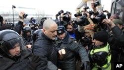 Polisi Moskow menerapkan tindakan keras terhadap para aktivis oposisi yang melakukan aksi protes anti pemerintah (foto: dok).