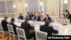 Сенатори Рон Джонсон, Джон Баррассо і Кріс Мерфі на зустрічі з президентом України Володимиром Зеленським