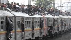 Pemandangan rutin terlihat setiap jam sibuk, penumpang berjubel di dalam KRL Jakarta-Bogor, sementara sebagian penumpang yang nekat duduk di atap (Foto: dok). Pemerintah dan PT KAI menunda rencana dihapuskannya KRL Ekonomi hingga Juni 2013 mendatang.