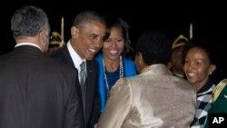 奥巴马总统和夫人抵达南非机场