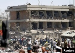 Funcionarios afganos inspeccionan el estado en que quedó la embajada alemana en Kabul.