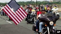 "Iring-iringan motor besar yang disebut sebagai ""Rolling Thunder"" memasuki ibukota Washington DC Minggu siang (29/5)."